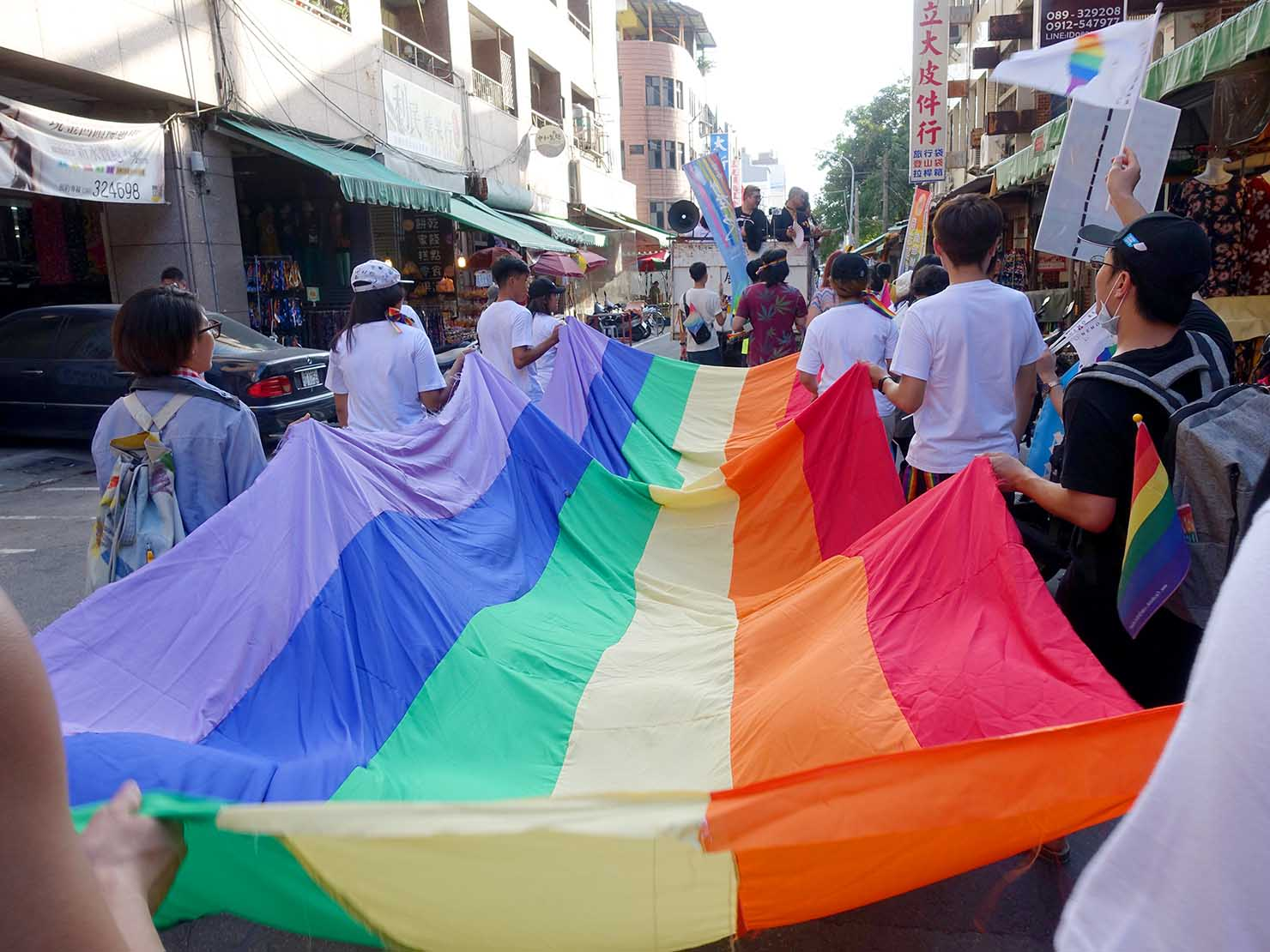 花東彩虹嘉年華(台湾東部LGBTプライド / 台東場)のパレードを先導するレインボーフラッグ