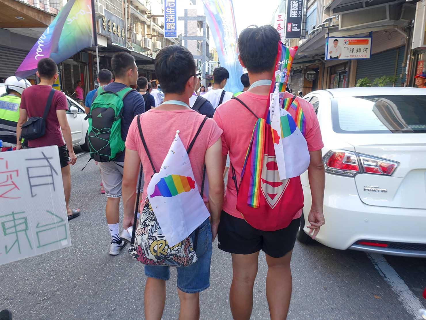 花東彩虹嘉年華(台湾東部LGBTプライド / 台東場)パレードでレインボーアイテムを身につけて歩く同性カップル
