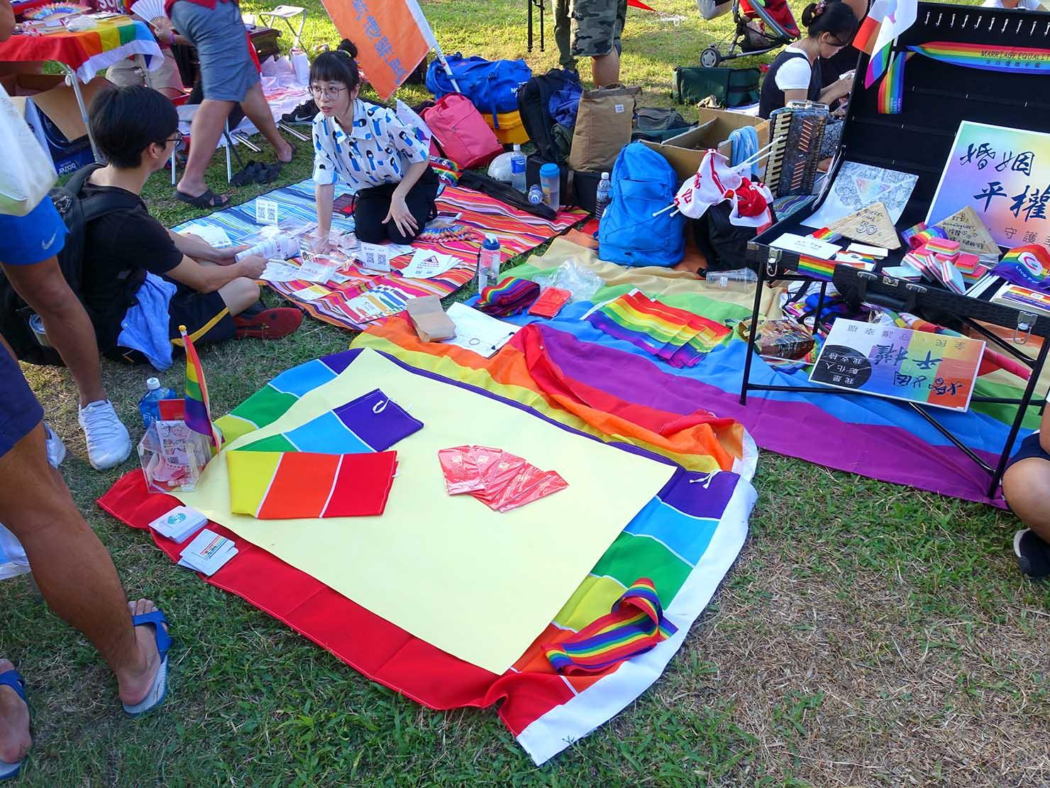 花東彩虹嘉年華(台湾東部LGBTプライド / 台東場)の集合地点・新生公園でレインボーアイテムを売るブース