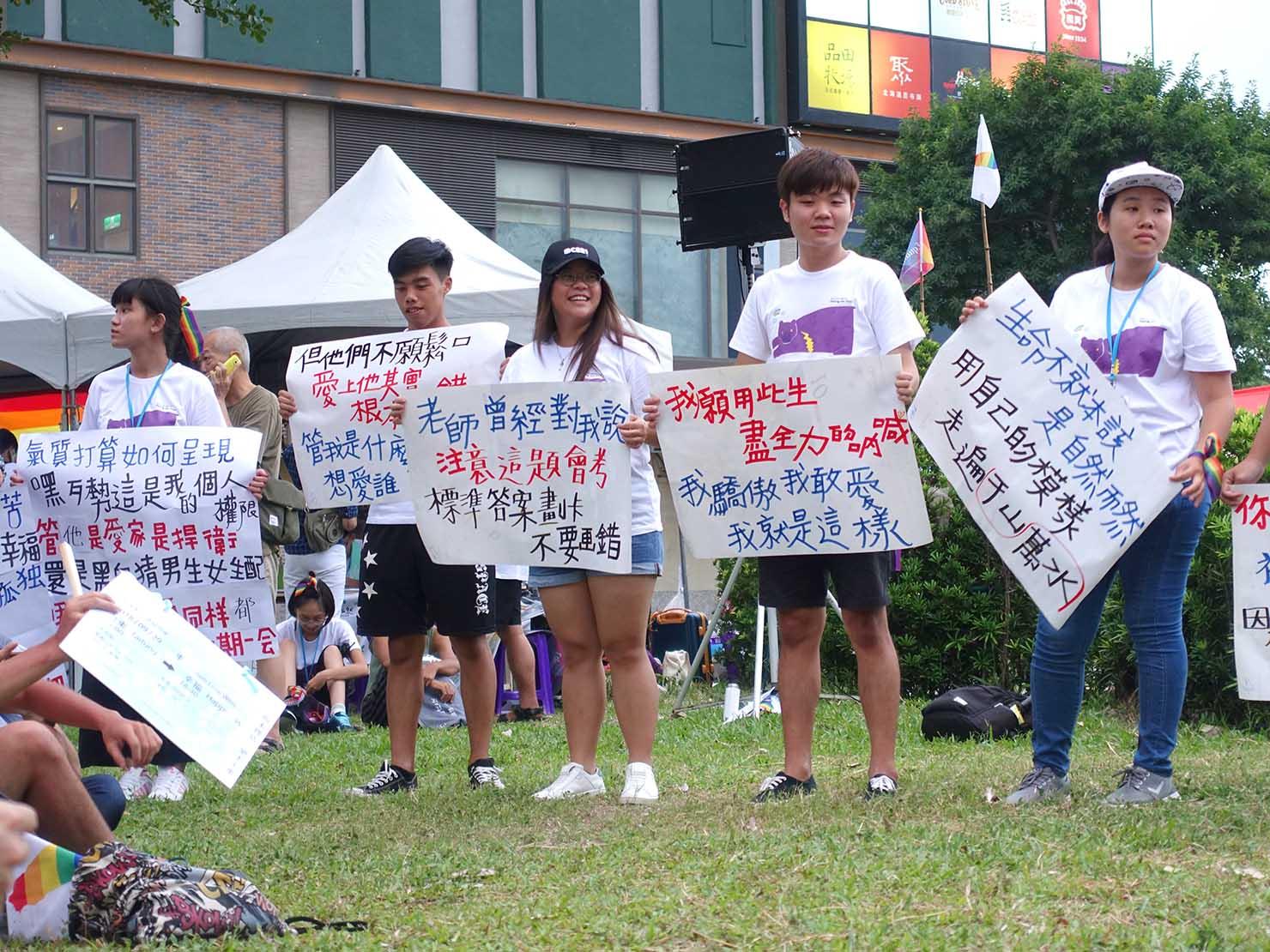 花東彩虹嘉年華(台湾東部LGBTプライド / 台東場)で歌詞カードを掲げるパレードスタッフ