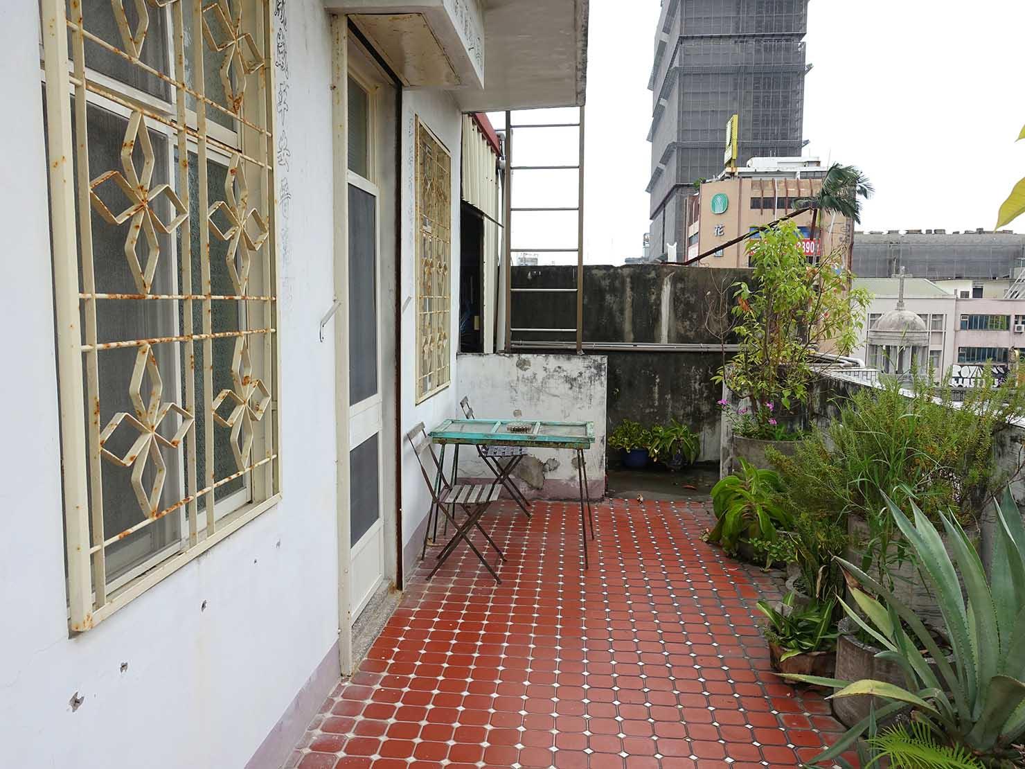 花蓮市街中心部のレトロかわいいおすすめゲストハウス「花蓮日日 Hualien dairy」5Fパブリックスペースのベランダ