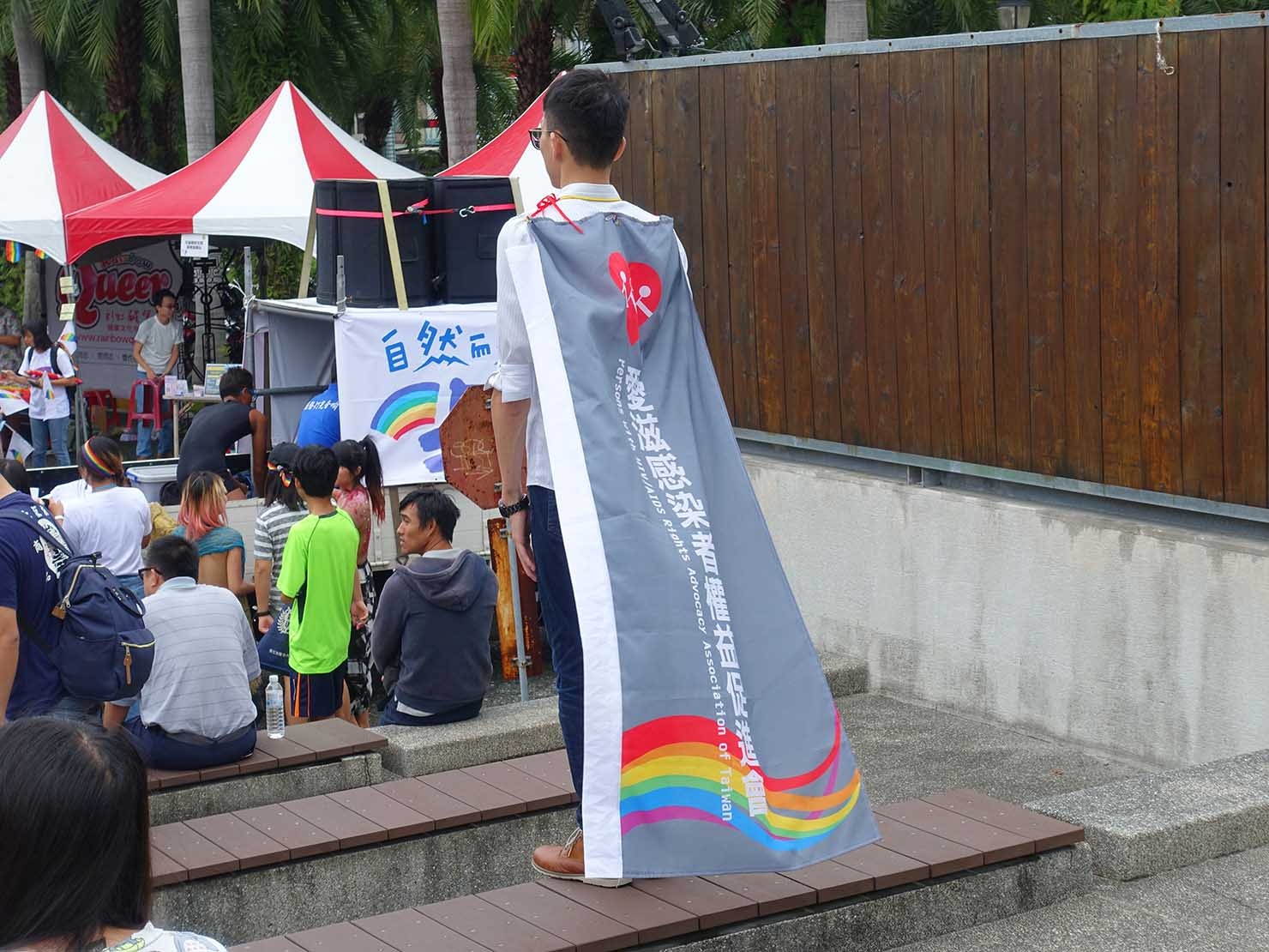 花東彩虹嘉年華(台湾東部LGBTプライド / 花蓮場)の集合場所・花蓮文創園區でフラッグを身にまとう参加者