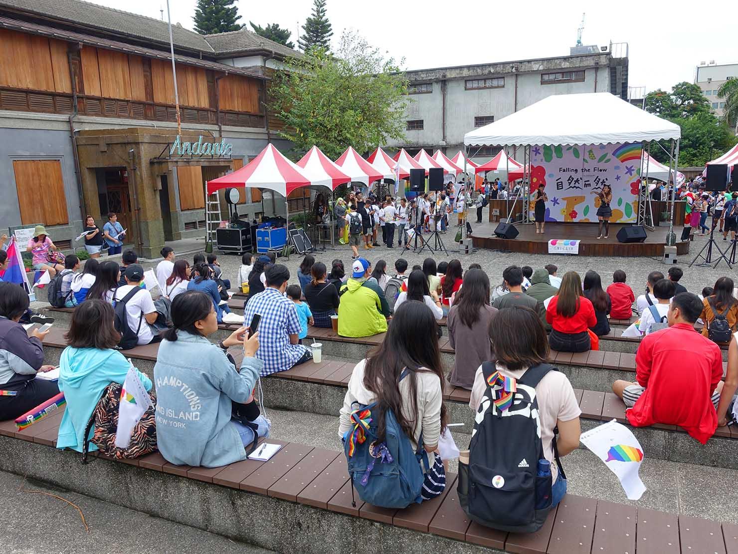 花東彩虹嘉年華(台湾東部LGBTプライド / 花蓮場)の集合場所・花蓮文創園區に集まる参加者たち