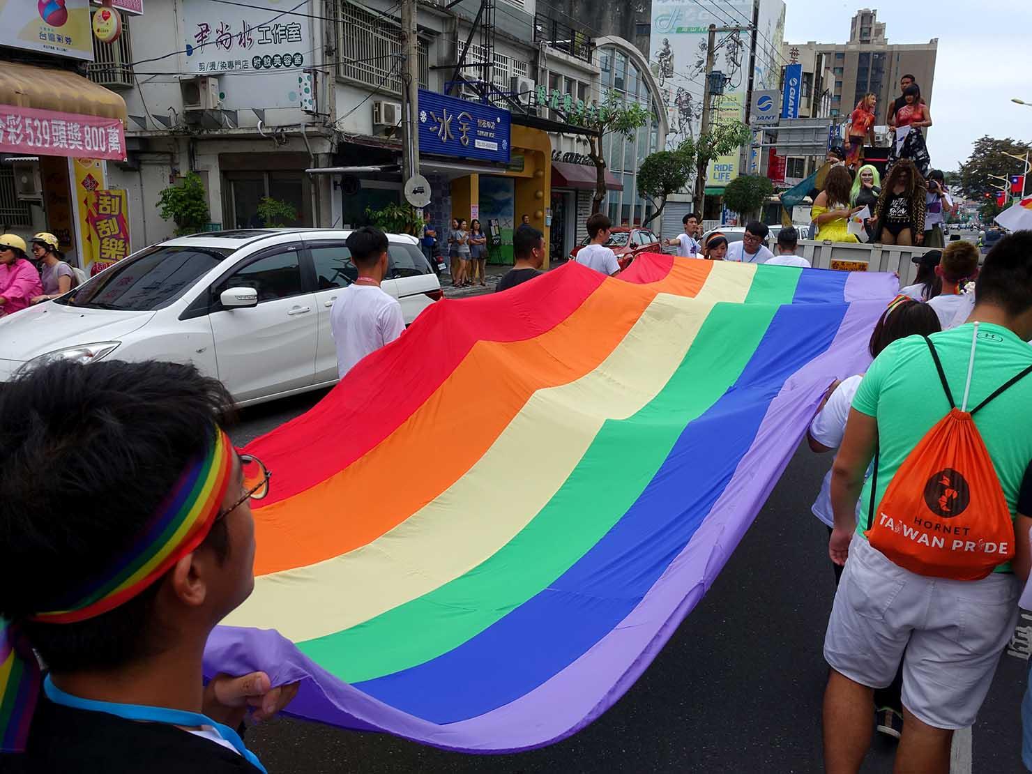 花東彩虹嘉年華(台湾東部LGBTプライド / 花蓮場)でパレードを先導するレインボーフラッグ