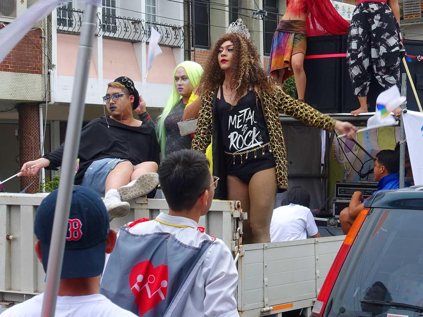 花東彩虹嘉年華(台湾東部LGBTプライド / 花蓮場)のパレードカーに乗るドラァグクイーン