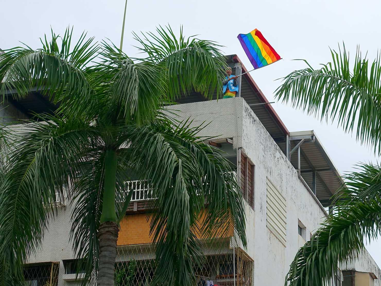 花東彩虹嘉年華(台湾東部LGBTプライド / 花蓮場)のパレードでレインボーフラッグを振る祁家威氏