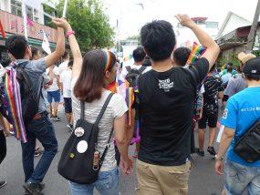 花東彩虹嘉年華(台湾東部LGBTプライド / 花蓮場)のパレードに参加する異性カップル