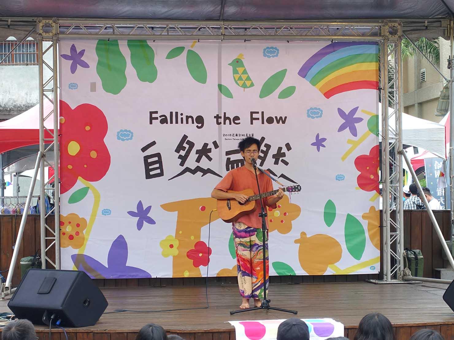 花東彩虹嘉年華(台湾東部LGBTプライド / 花蓮場)のメインステージでパフォーマンスを披露するアーティスト
