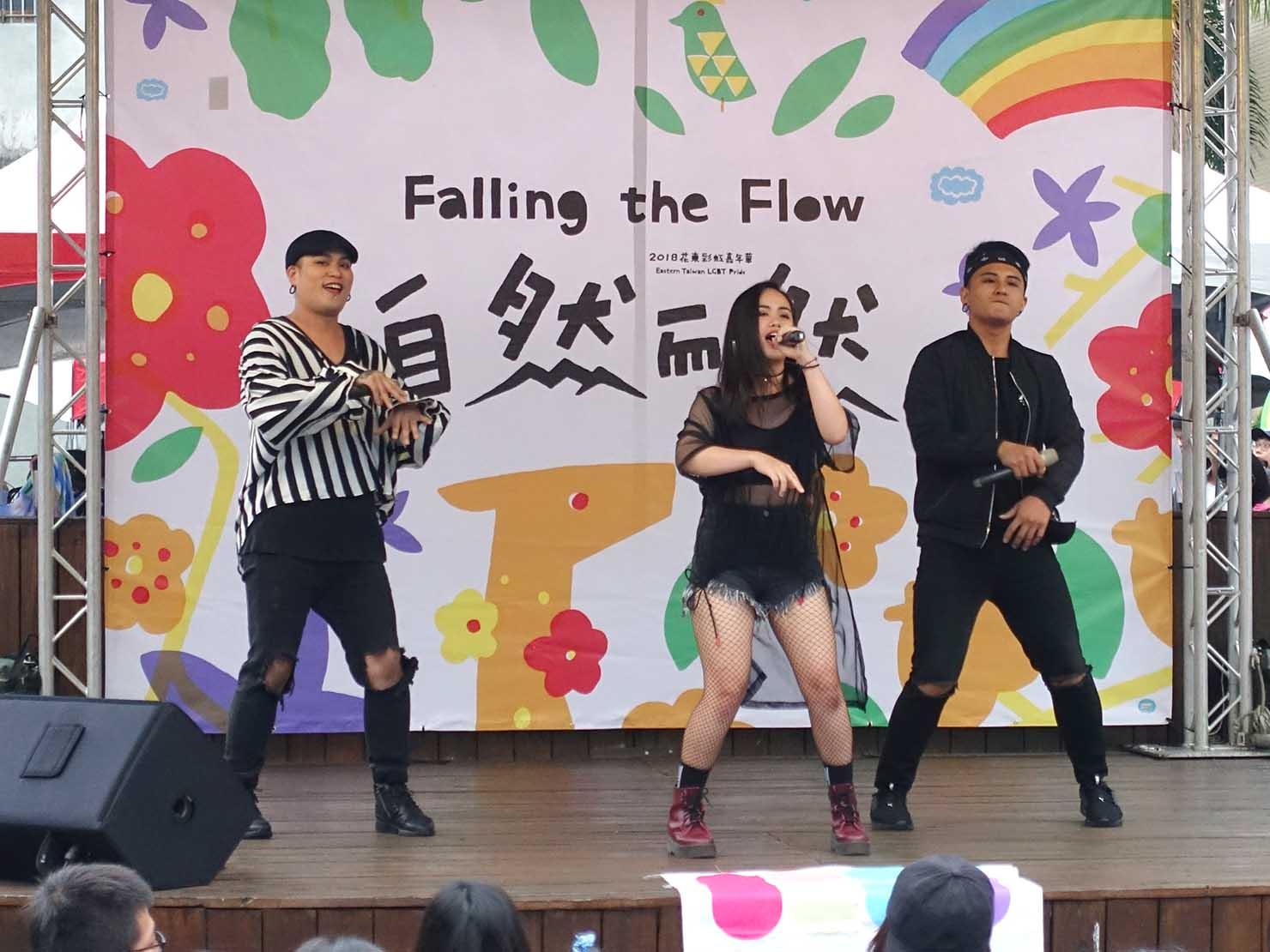 花東彩虹嘉年華(台湾東部LGBTプライド / 花蓮場)のメインステージでパフォーマンスを披露するアーティストグループ