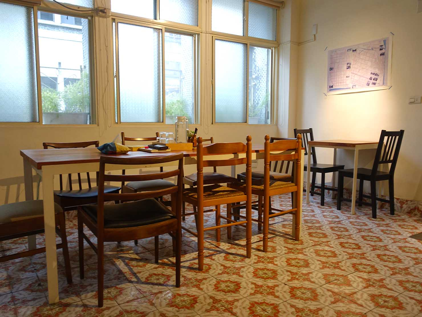 花蓮市街中心部のレトロかわいいおすすめゲストハウス「花蓮日日 Hualien dairy」のダイニングスペース