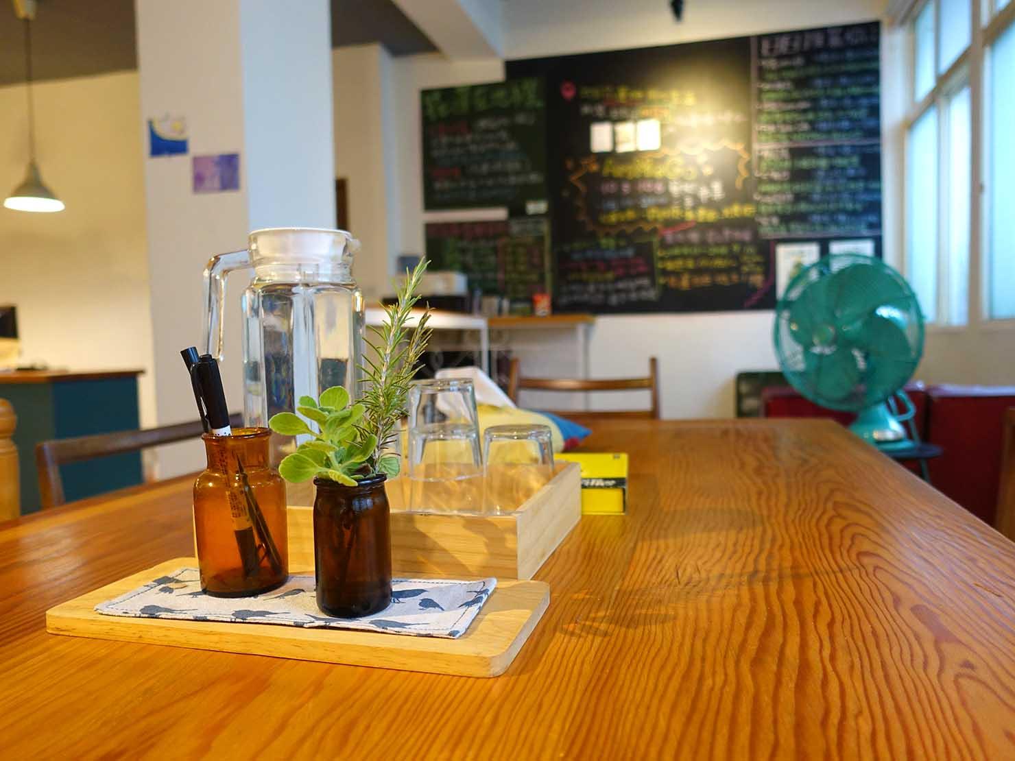 花蓮市街中心部のレトロかわいいおすすめゲストハウス「花蓮日日 Hualien dairy」のダイニングテーブル