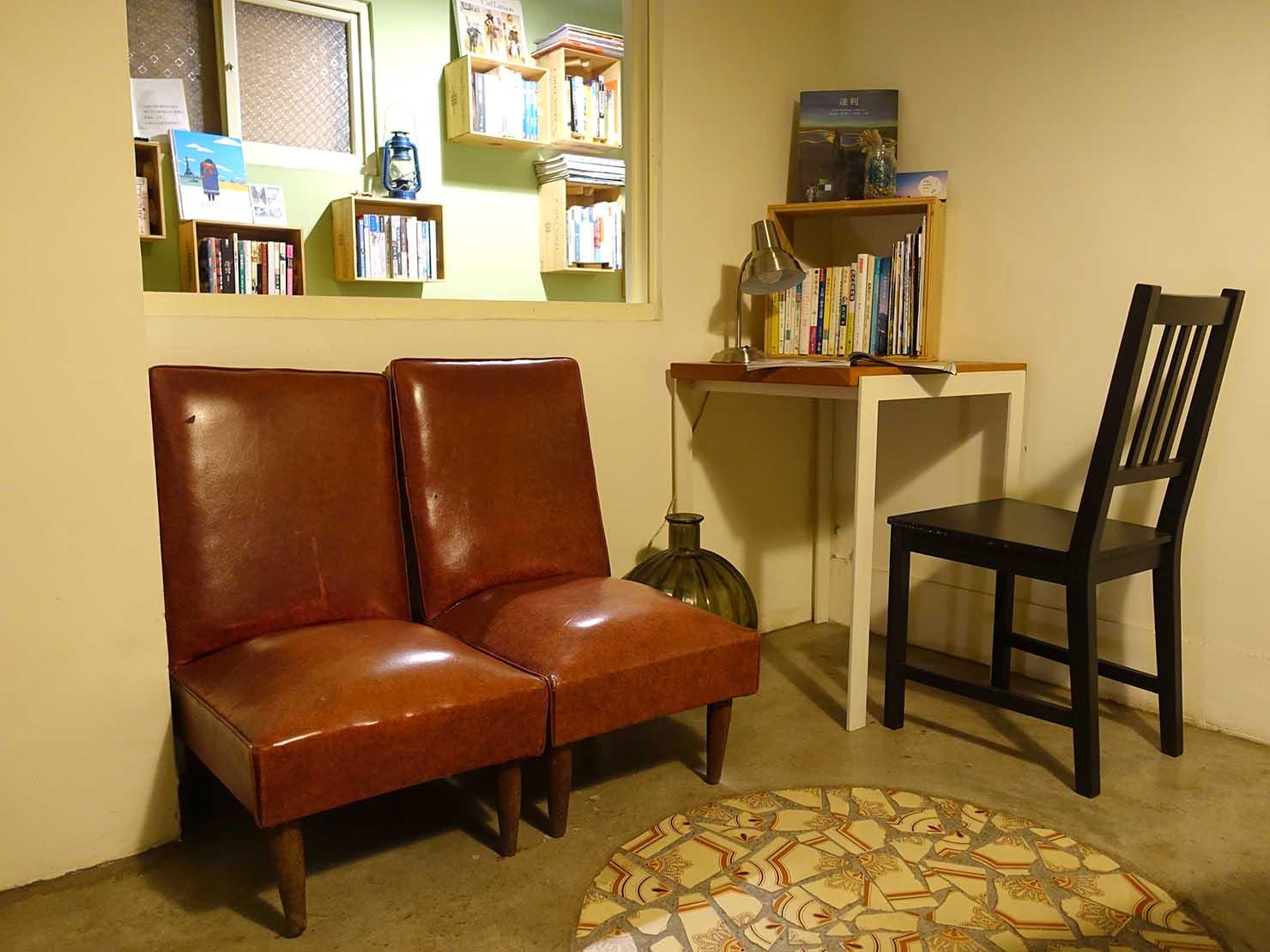 花蓮市街中心部のレトロかわいいおすすめゲストハウス「花蓮日日 Hualien dairy」3Fパブリックスペースの椅子