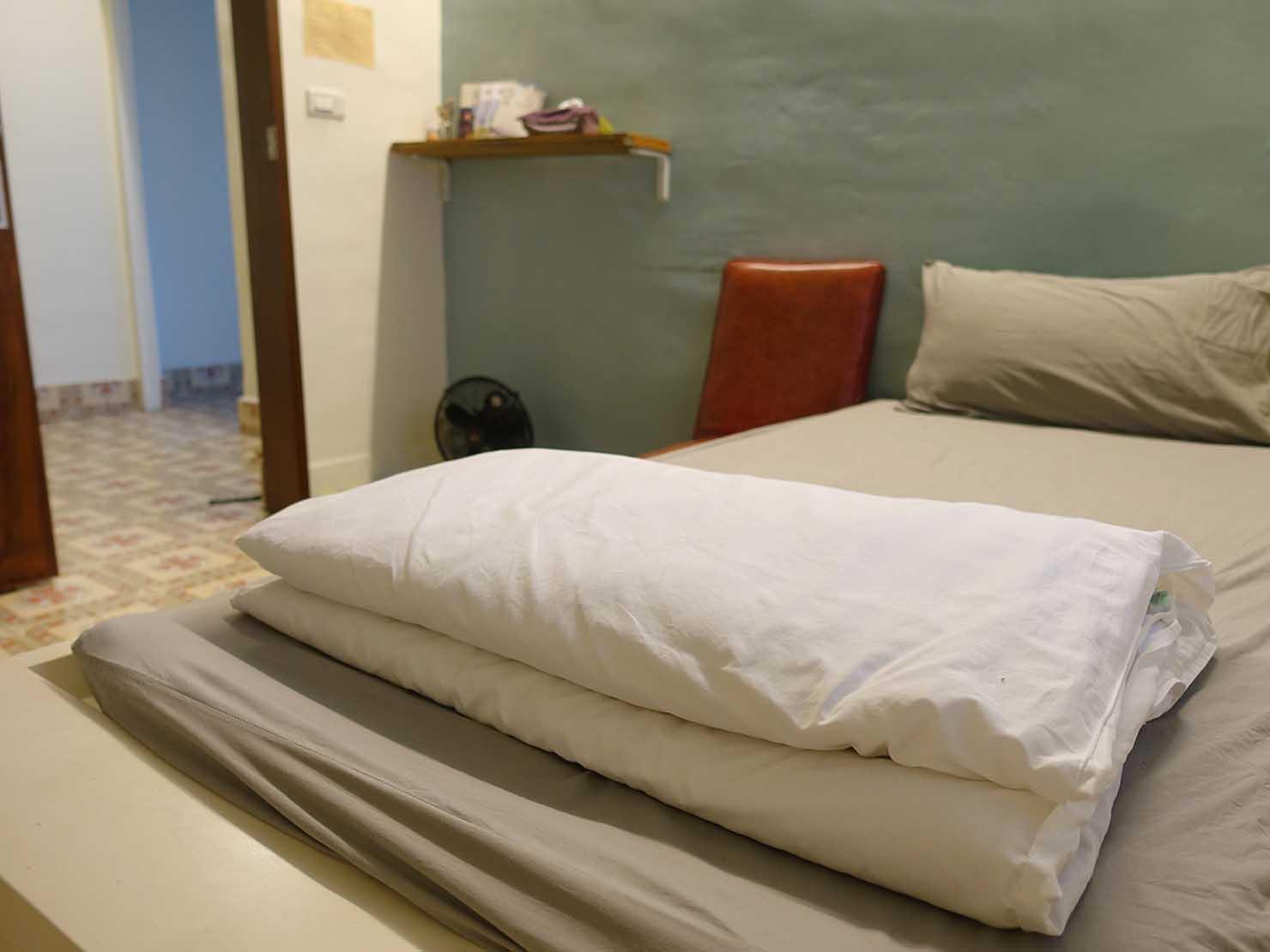 花蓮市街中心部のレトロかわいいおすすめゲストハウス「花蓮日日 Hualien dairy」單人房(シングルルーム)のベッド