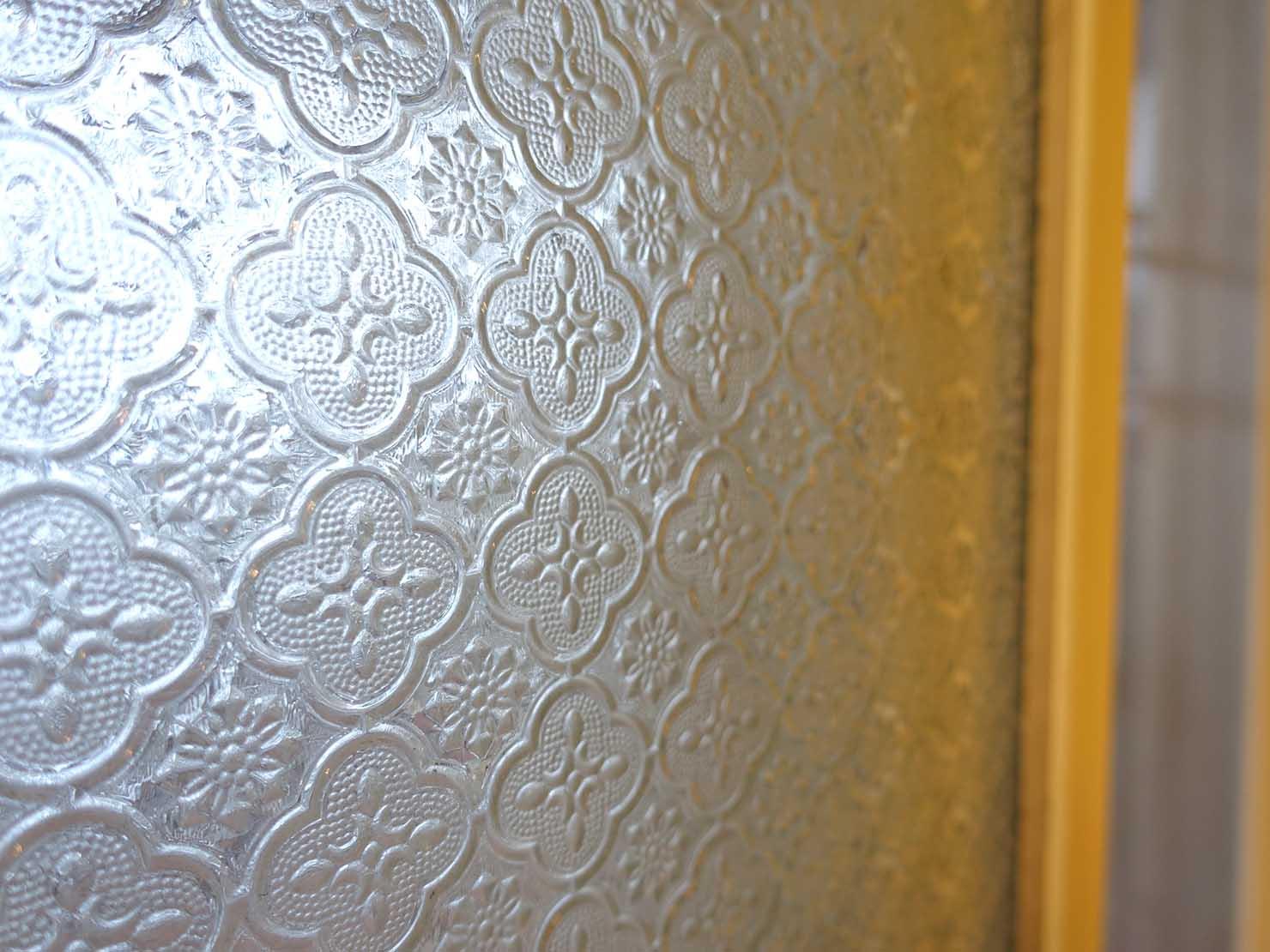 花蓮市街中心部のレトロかわいいおすすめゲストハウス「花蓮日日 Hualien dairy」の單人房(シングルルーム)の窓ガラス