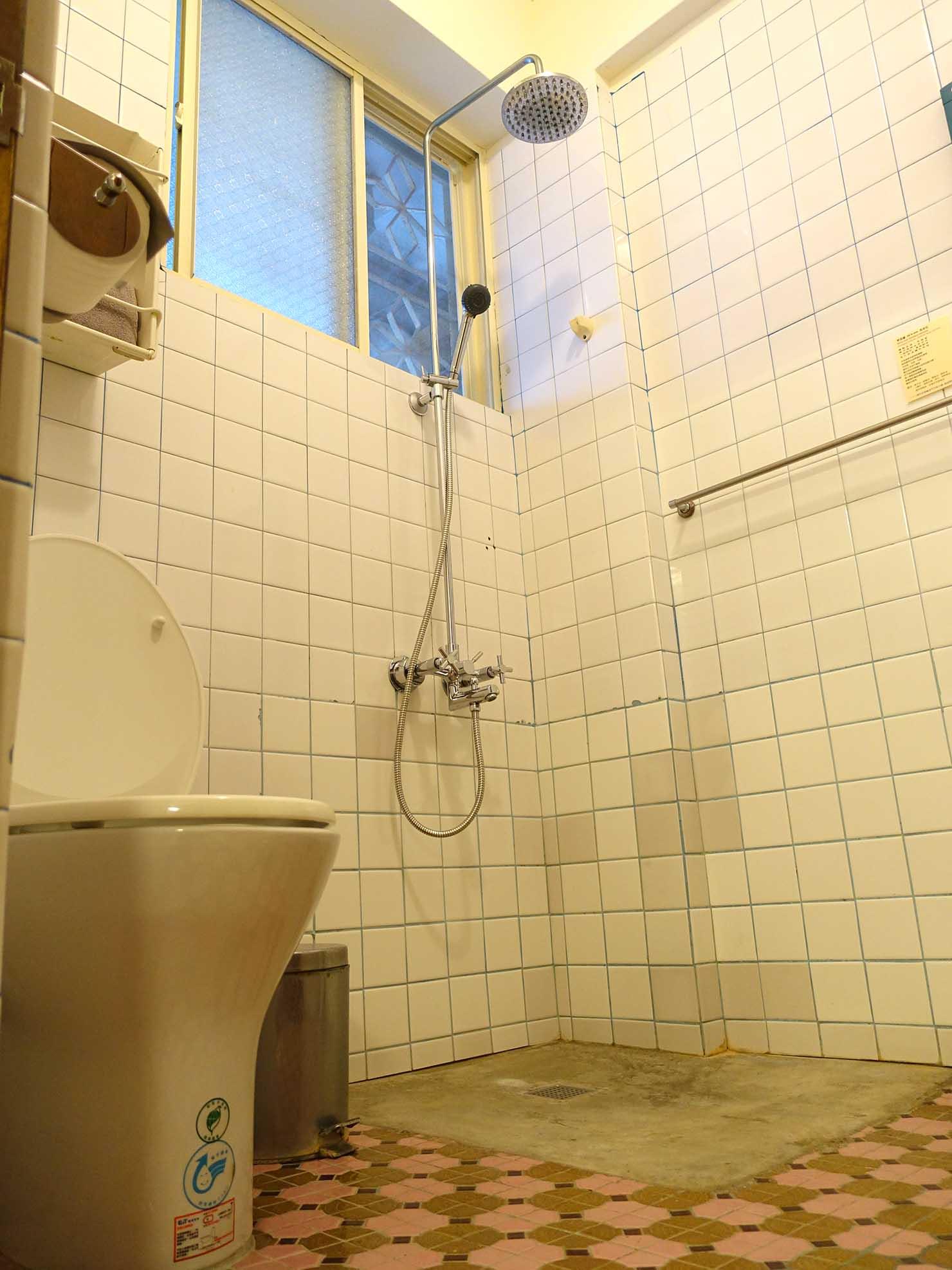 花蓮市街中心部のレトロかわいいおすすめゲストハウス「花蓮日日 Hualien dairy」の單人房(シングルルーム)のシャワールーム
