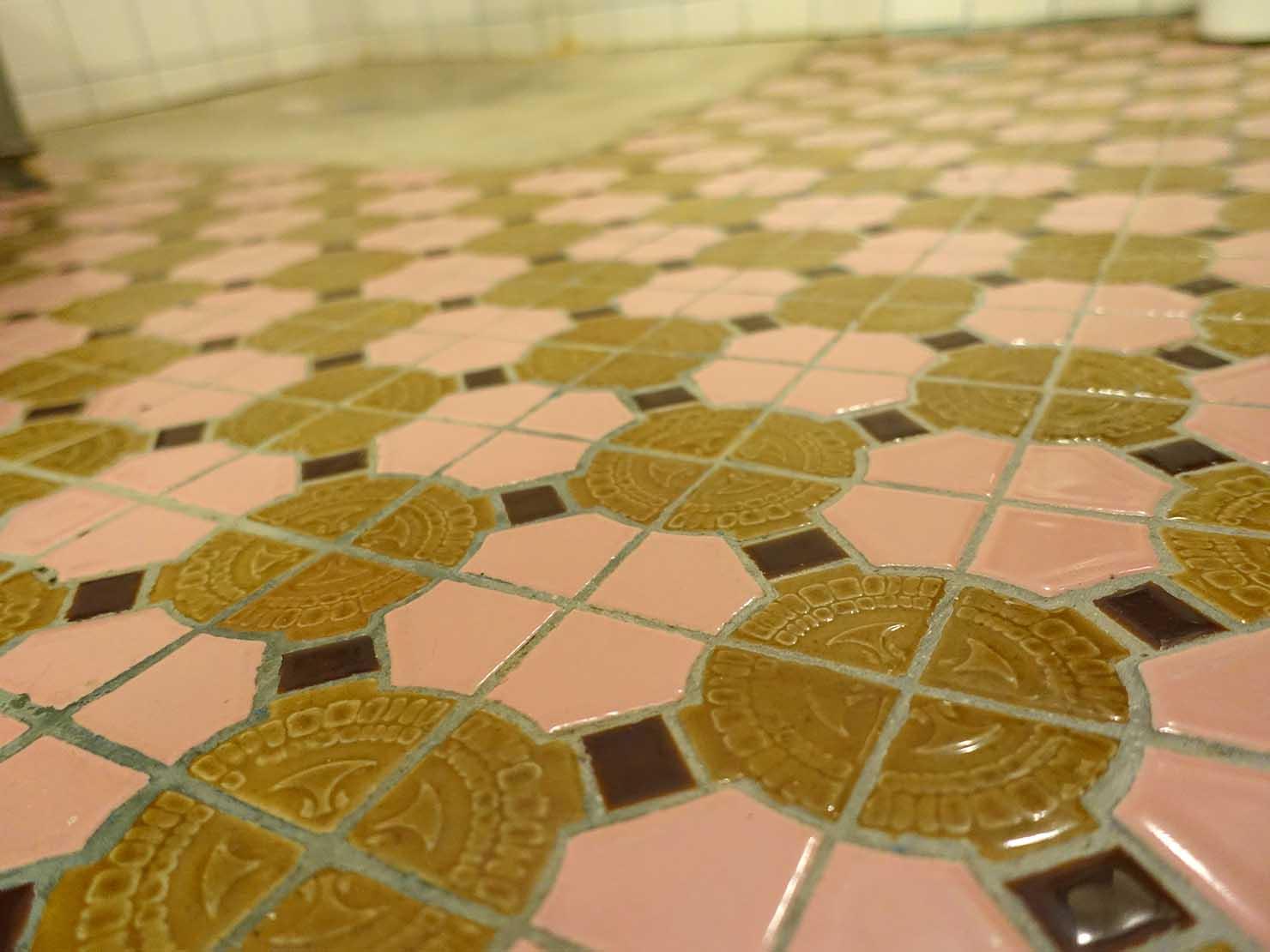 花蓮市街中心部のレトロかわいいおすすめゲストハウス「花蓮日日 Hualien dairy」の單人房(シングルルーム)のシャワールームに嵌めまれたタイル
