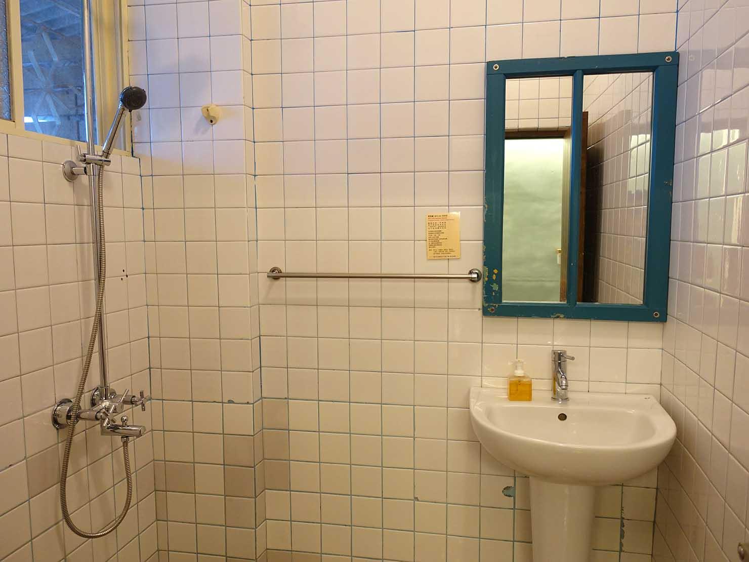 花蓮市街中心部のレトロかわいいおすすめゲストハウス「花蓮日日 Hualien dairy」の單人房(シングルルーム)シャワールームのシンク
