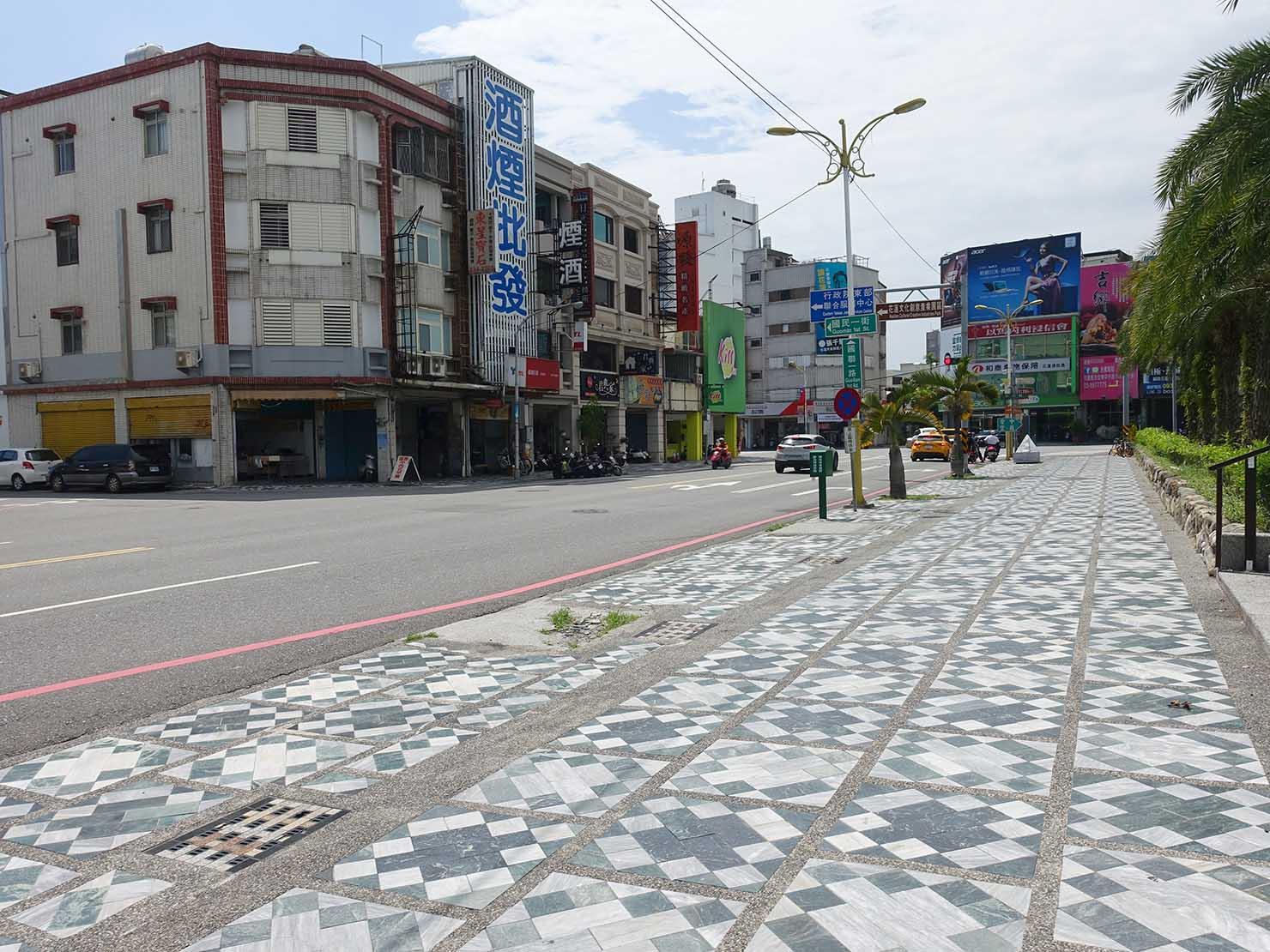 花蓮・國聯一路に伸びる大理石の歩道