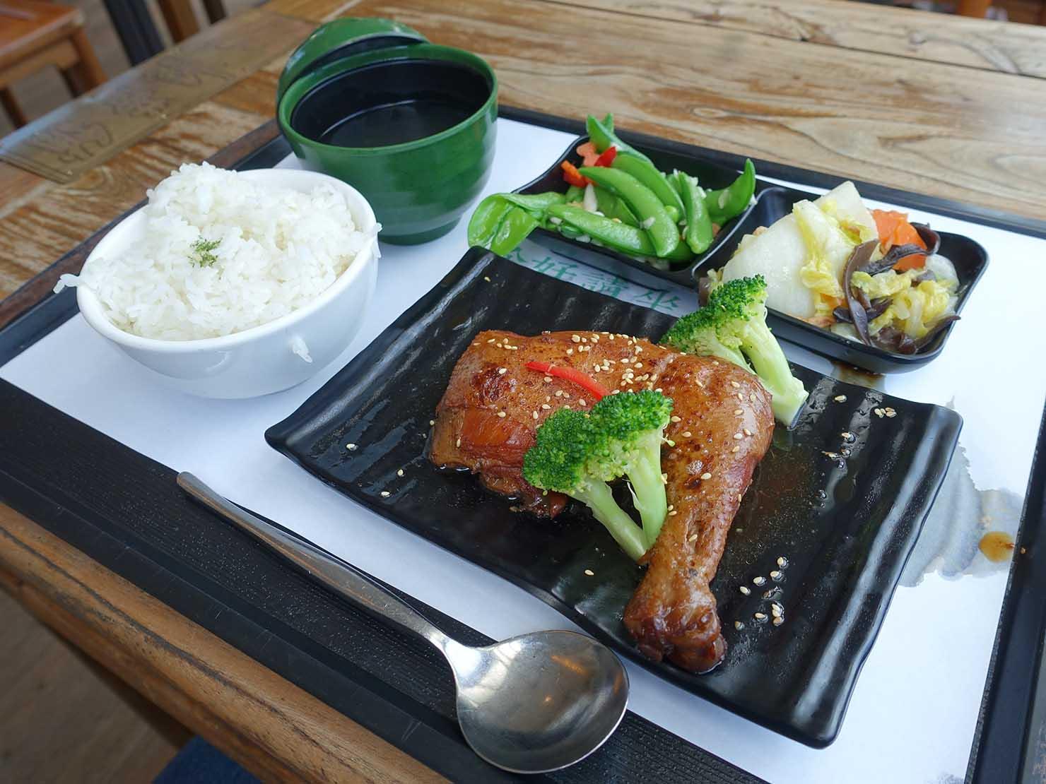 花蓮・王記茶舖の雞腿飯套餐