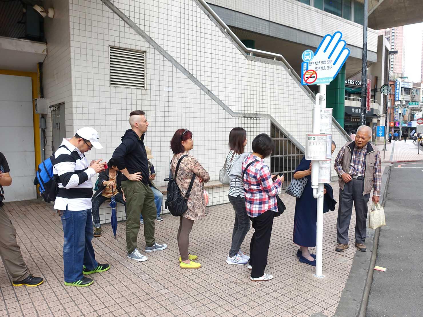 台北MRT新店駅前のバス停