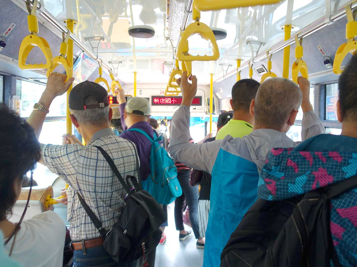 烏來温泉へと向かうバス車内