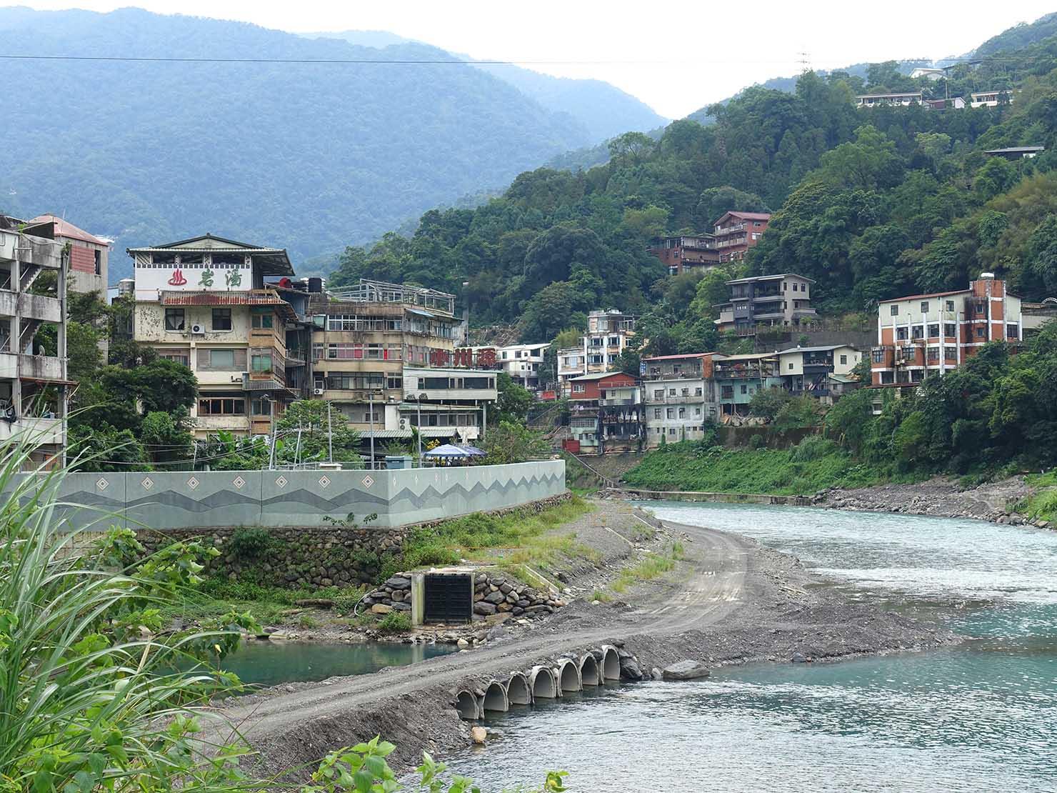 バス停から眺める台北・烏來温泉の全景