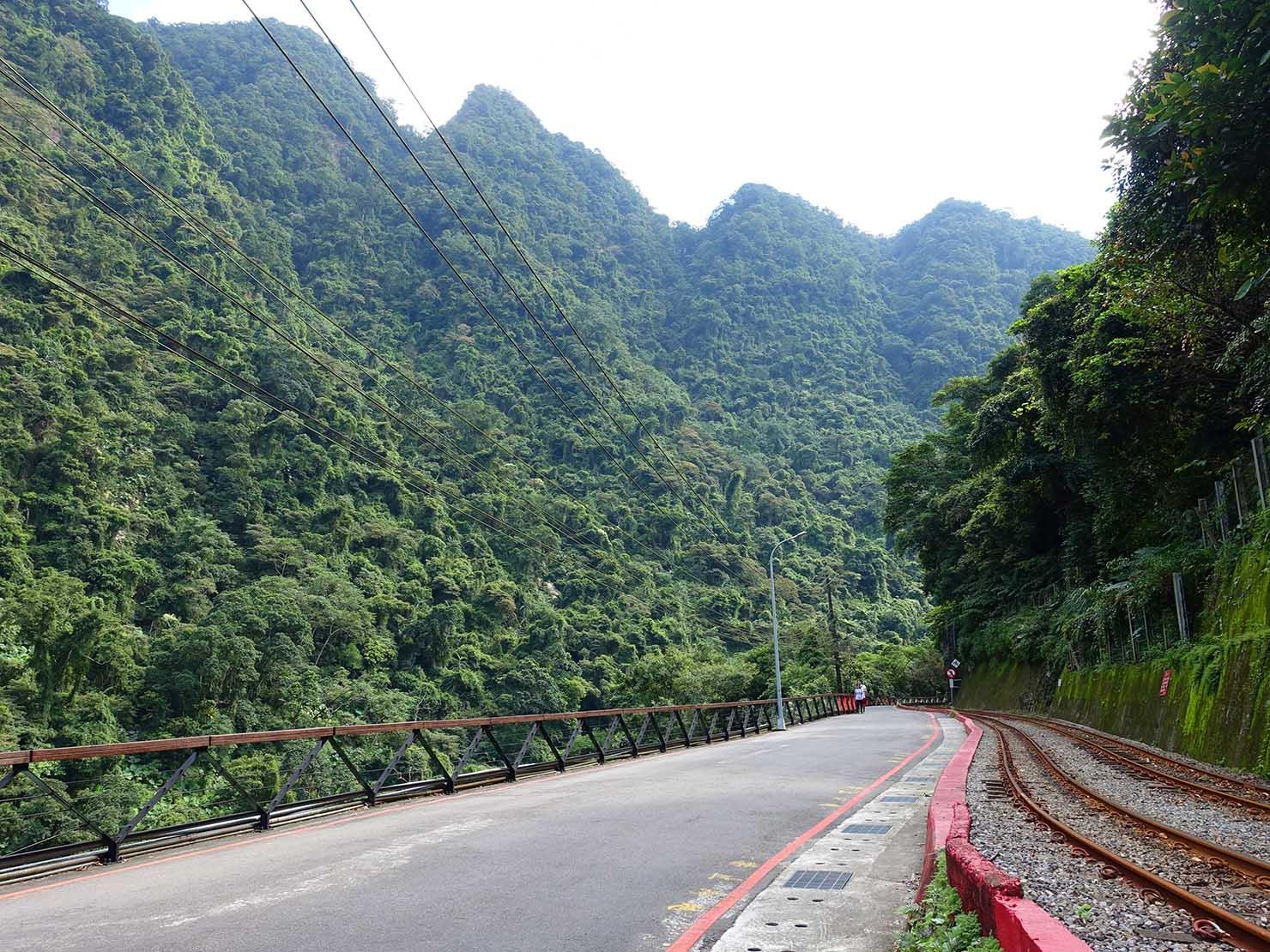 台北・烏來温泉の情人步道を走るトロッコ列車の線路