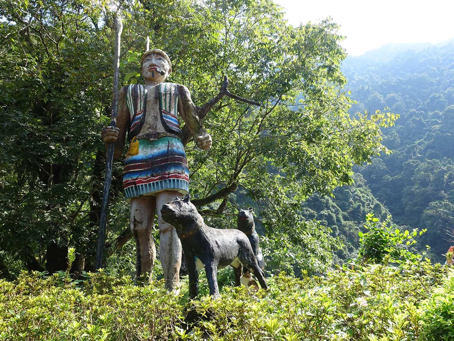 台北・烏來瀑布前に佇む勇者の像