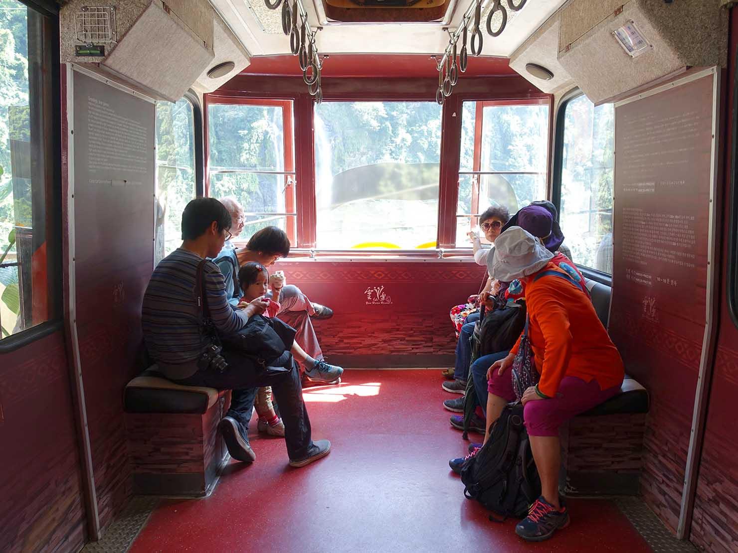 台北・烏來温泉から行けるテーマパーク「雲仙樂園」のロープウェー車内