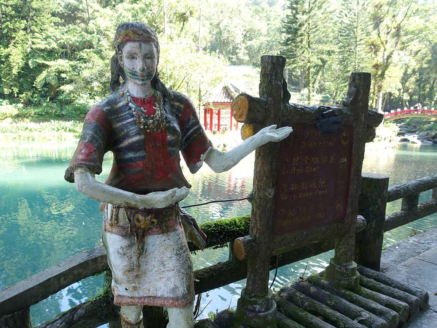 台北・烏來温泉から行けるテーマパーク「雲仙樂園」エントランスに佇む泰雅族(タイヤル族)男性の像