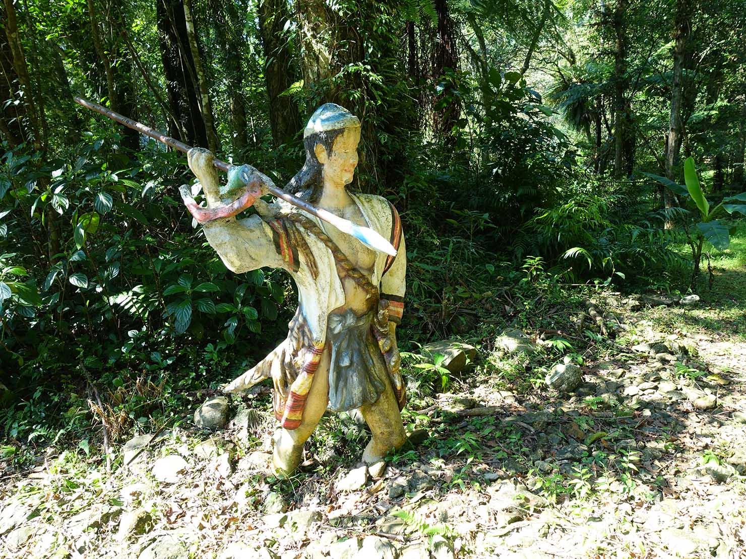 台北・烏來温泉から行けるテーマパーク「雲仙樂園」園内に佇む泰雅族(タイヤル族)男性の像