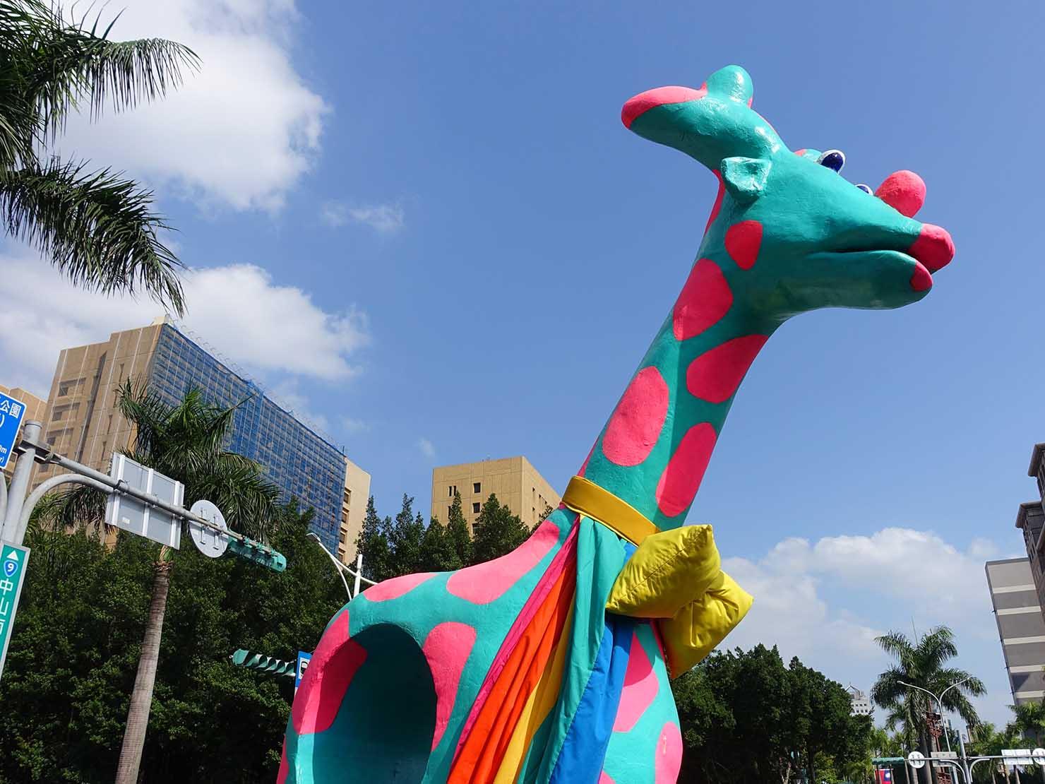 台灣同志遊行(台湾LGBTプライド)2018の会場に現れた巨大キリンのオブジェ