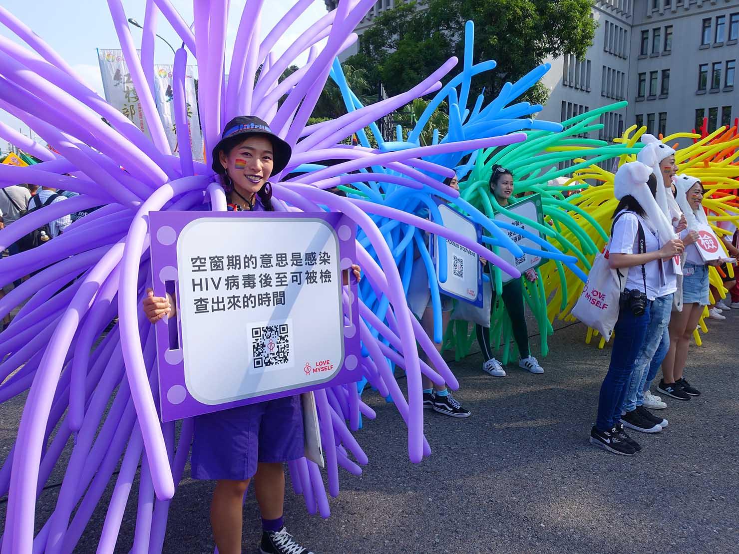 台灣同志遊行(台湾LGBTプライド)2018の会場でプラカードを掲げるお姉さん