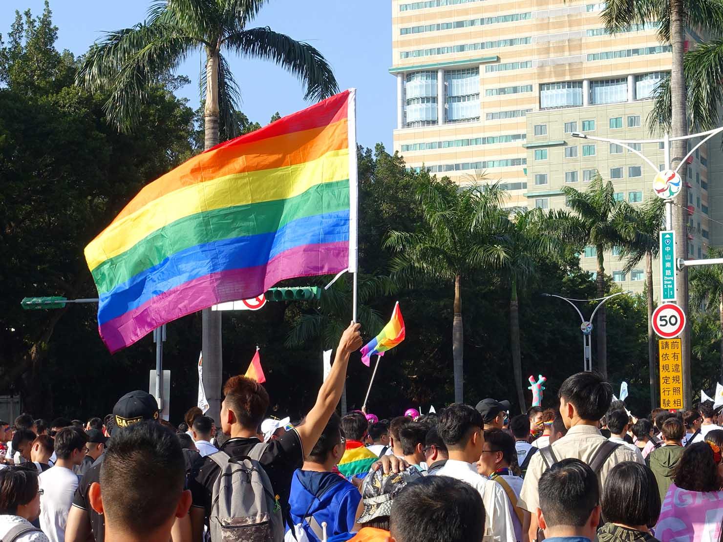 台灣同志遊行(台湾LGBTプライド)2018パレードでレインボーフラッグを掲げる参加者