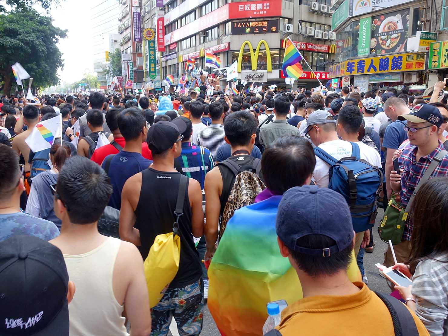 台灣同志遊行(台湾LGBTプライド)2018のパレードカー周辺で盛り上がる参加者たち