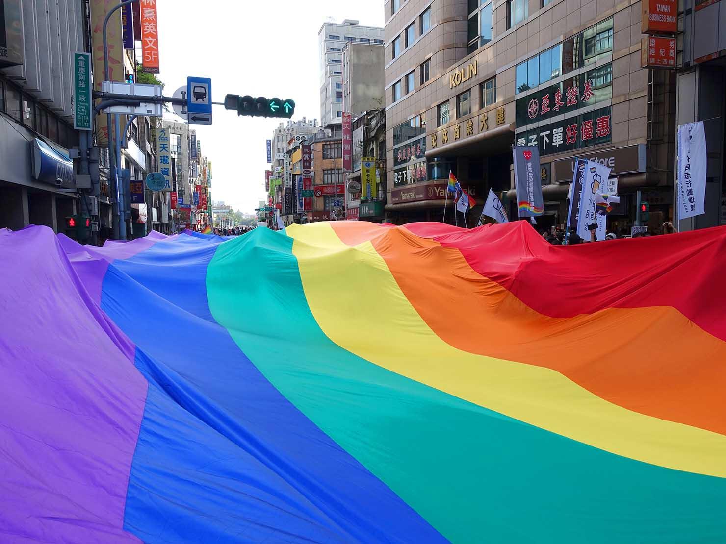 台灣同志遊行(台湾LGBTプライド)2018で道路を覆い尽くす特大レインボーフラッグ