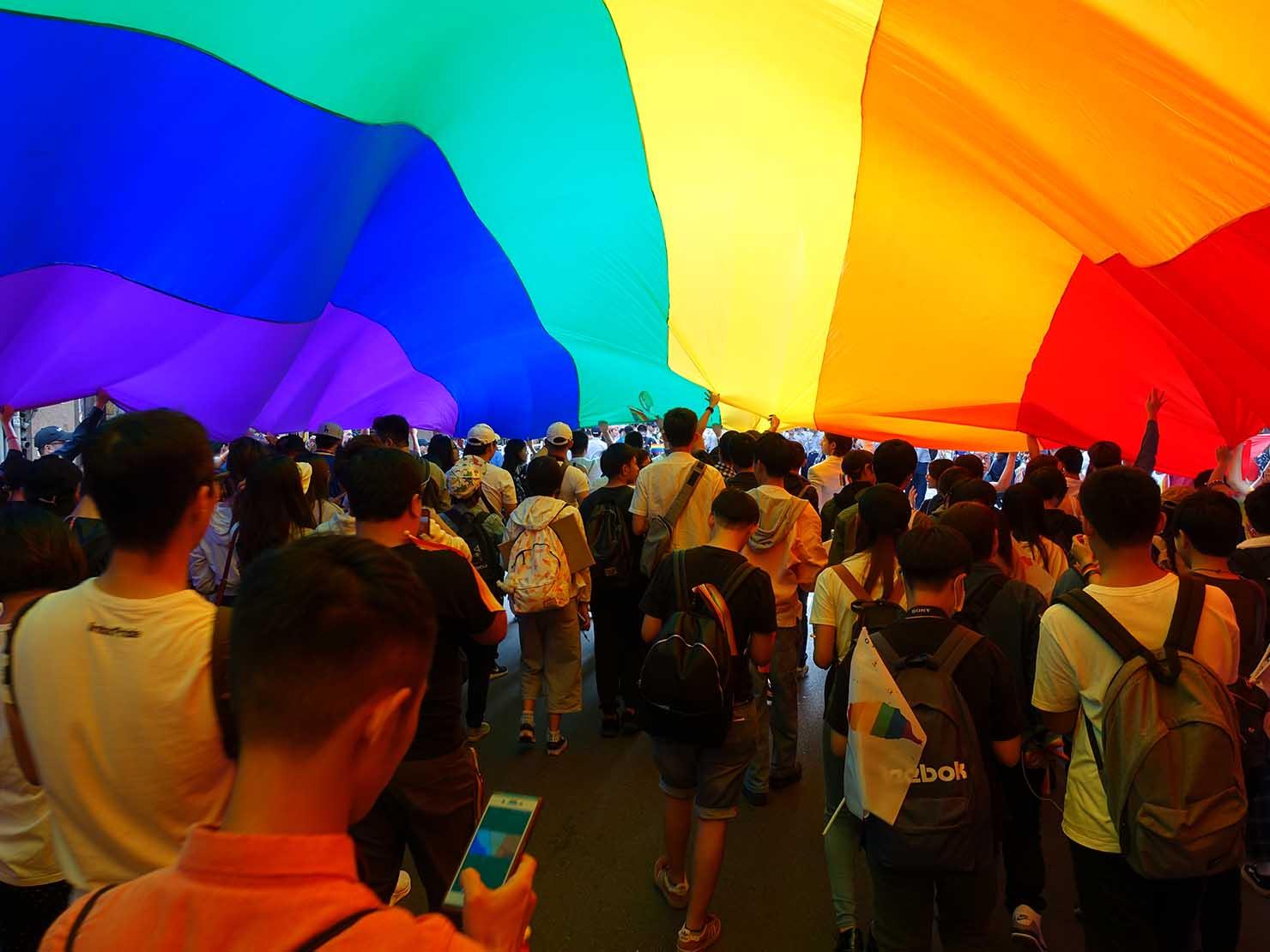 台灣同志遊行(台湾LGBTプライド)2018で道路を覆い尽くす特大レインボーフラッグ内部