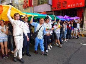 台灣同志遊行(台湾LGBTプライド)2018でパレード隊列を先導する特大レインボーフラッグ