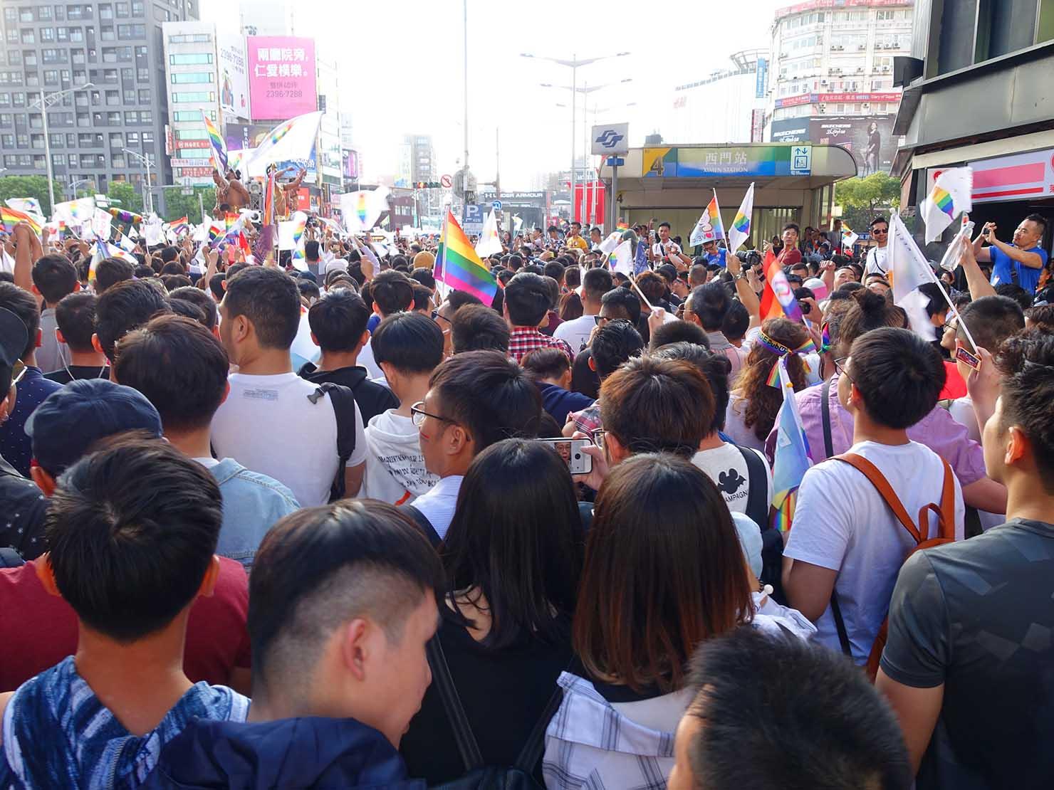 台灣同志遊行(台湾LGBTプライド)2018で西門駅に差し掛かるパレード隊列
