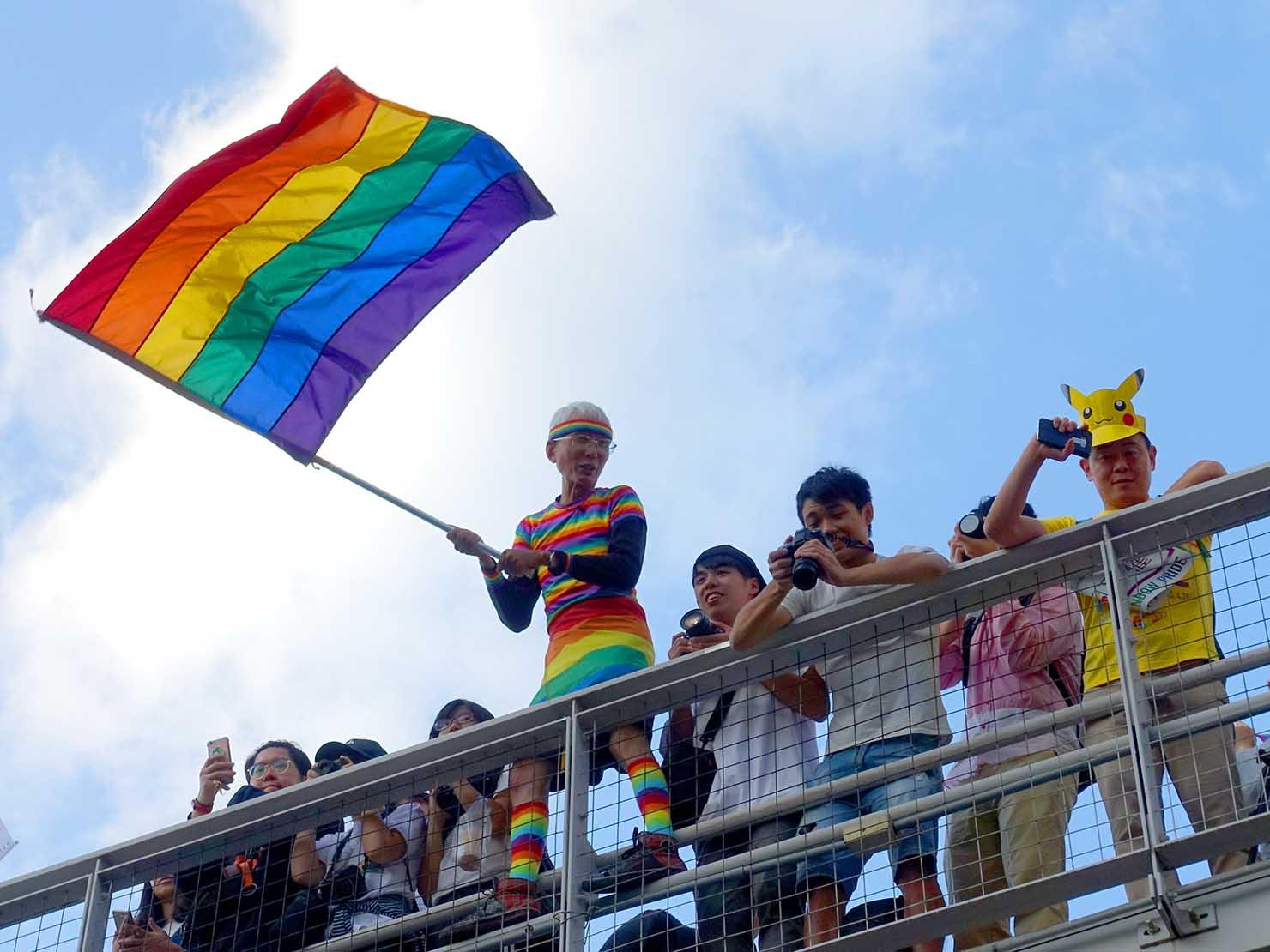 台灣同志遊行(台湾LGBTプライド)2018でレインボーフラッグを振る祁家威氏