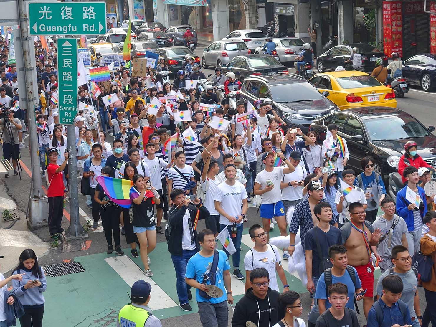 台中同志遊行(台中LGBTプライド)2018の歩道橋から眺めるパレード隊列