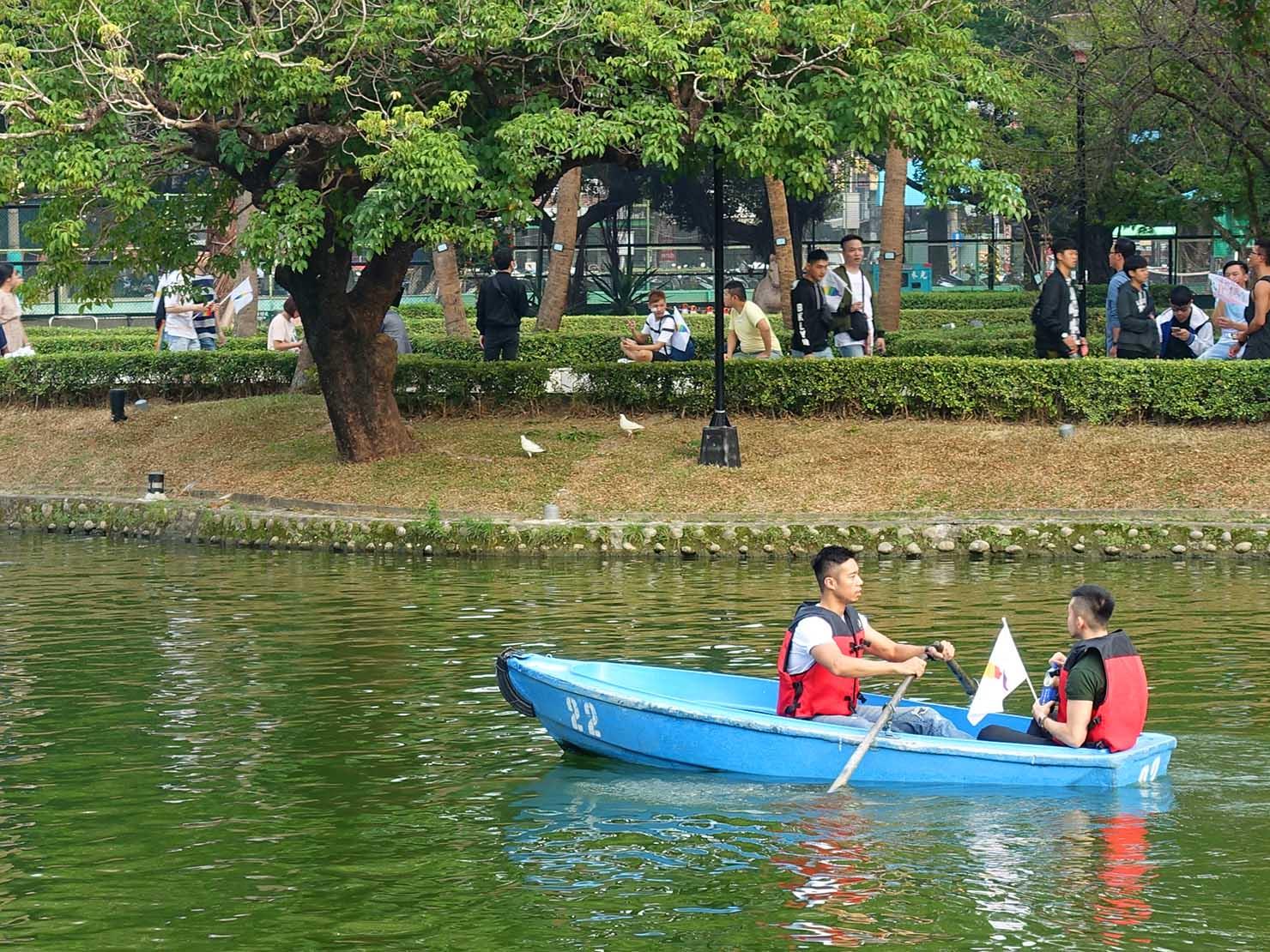 台中同志遊行(台中LGBTプライド)2018の会場・台中公園でボートをこぐカップル