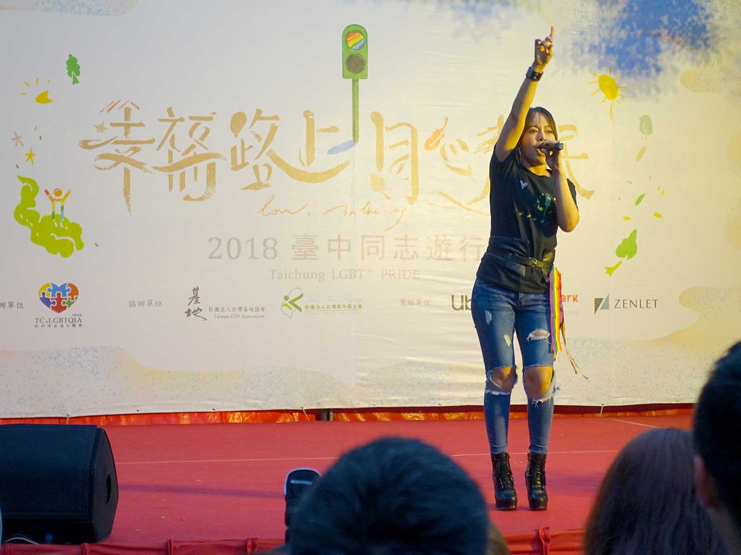台中同志遊行(台中LGBTプライド)2018のステージでミニライブをする台湾の有名アーティスト・戴愛玲さん