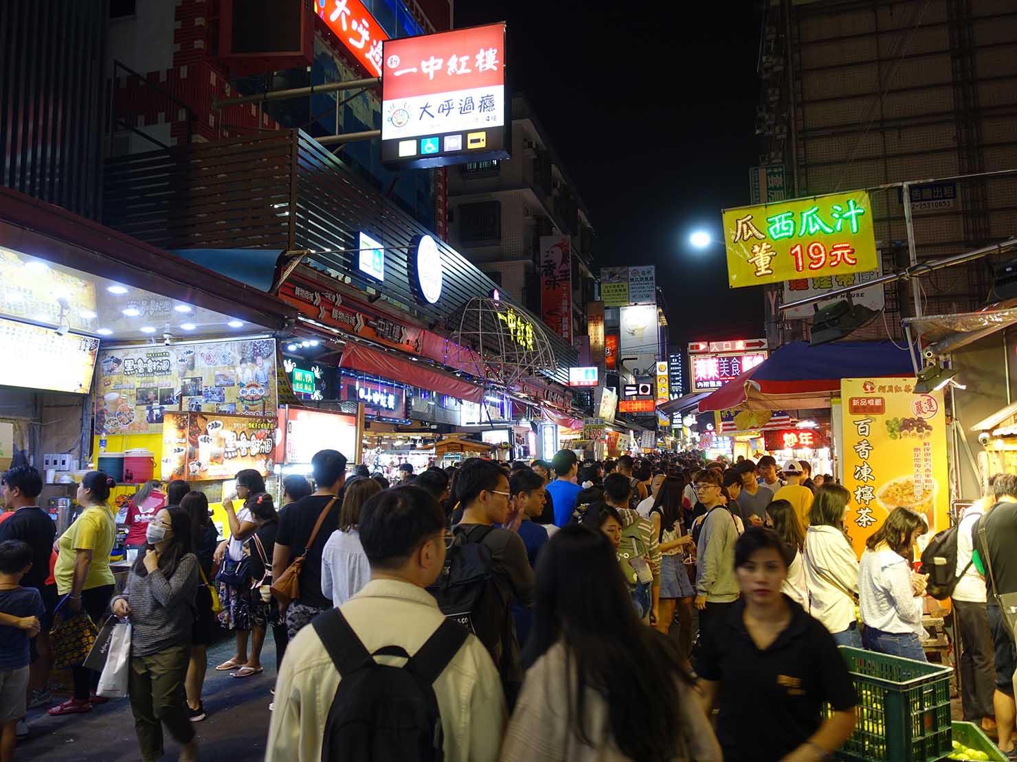 台中観光のおすすめスポット「一中街」に並ぶ看板たち