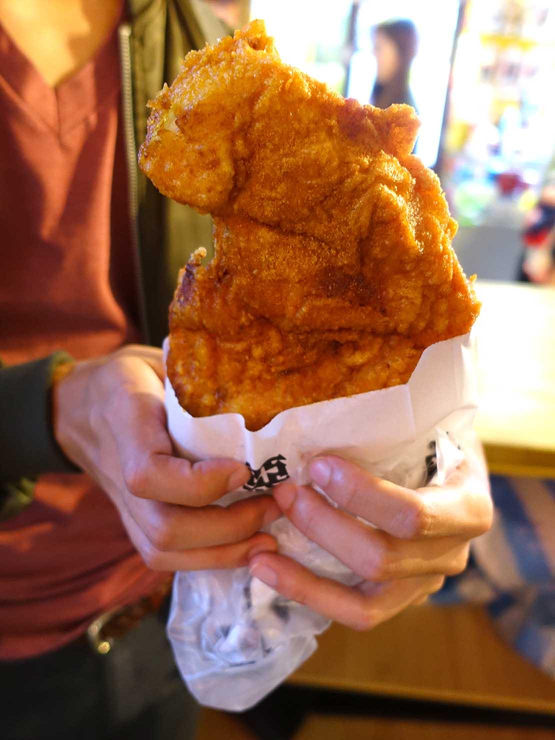 台中観光のおすすめスポット「逢甲夜市」の雞排(チキンカツ)