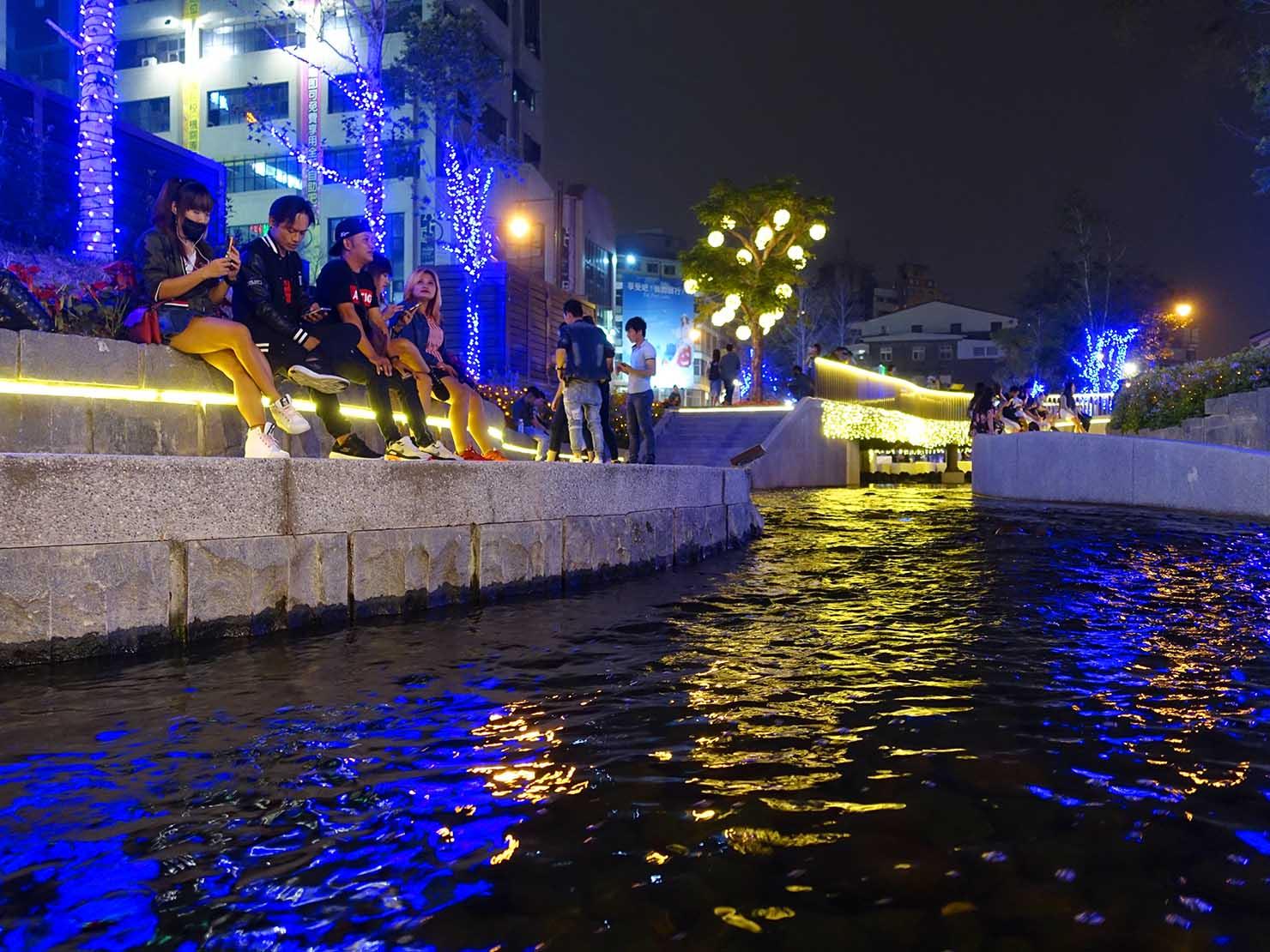 台中観光のおすすめスポット「綠川水岸廊道」でくつろぐ人々