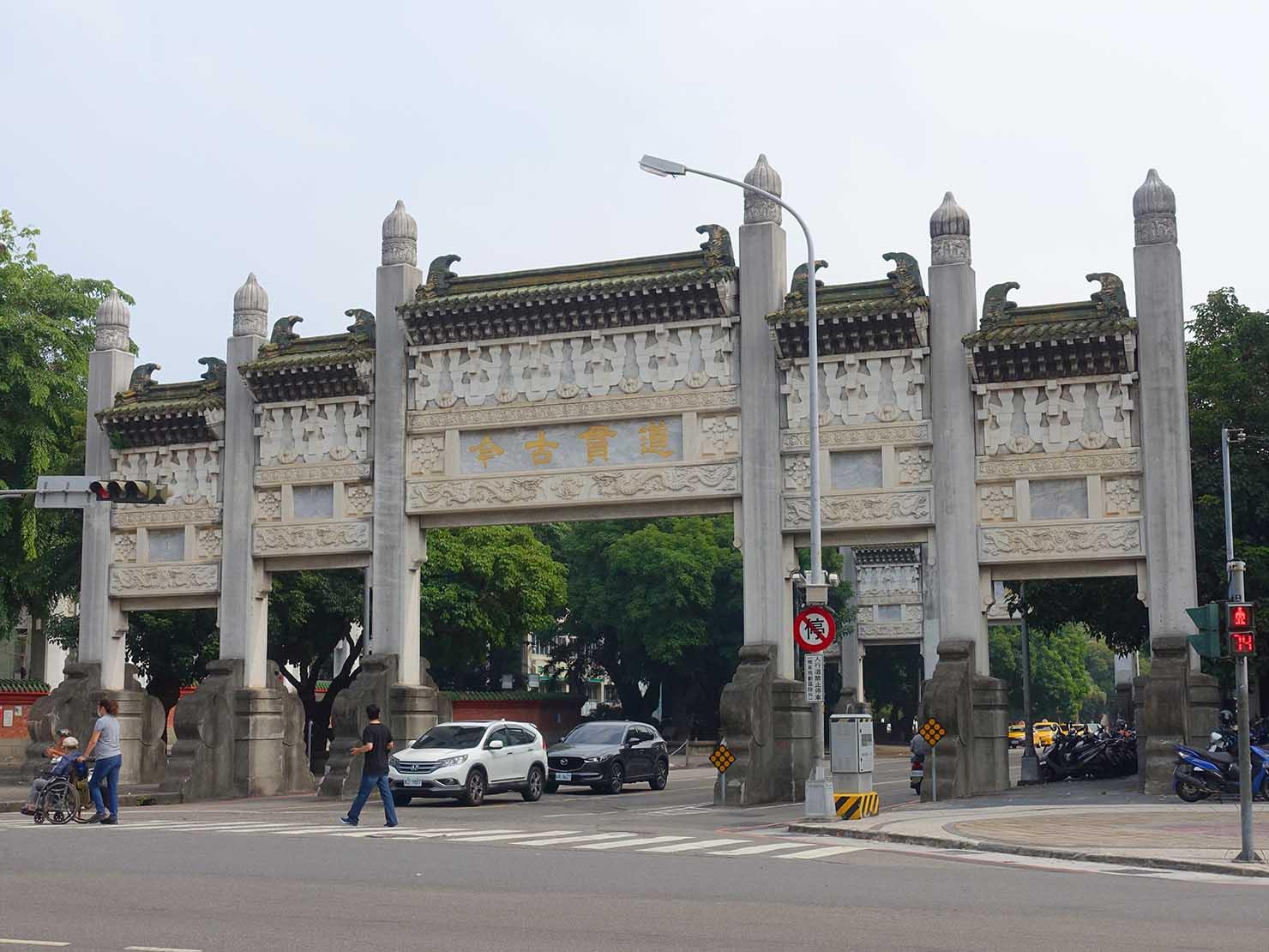 台中観光のおすすめスポット「孔廟」前の巨大な門