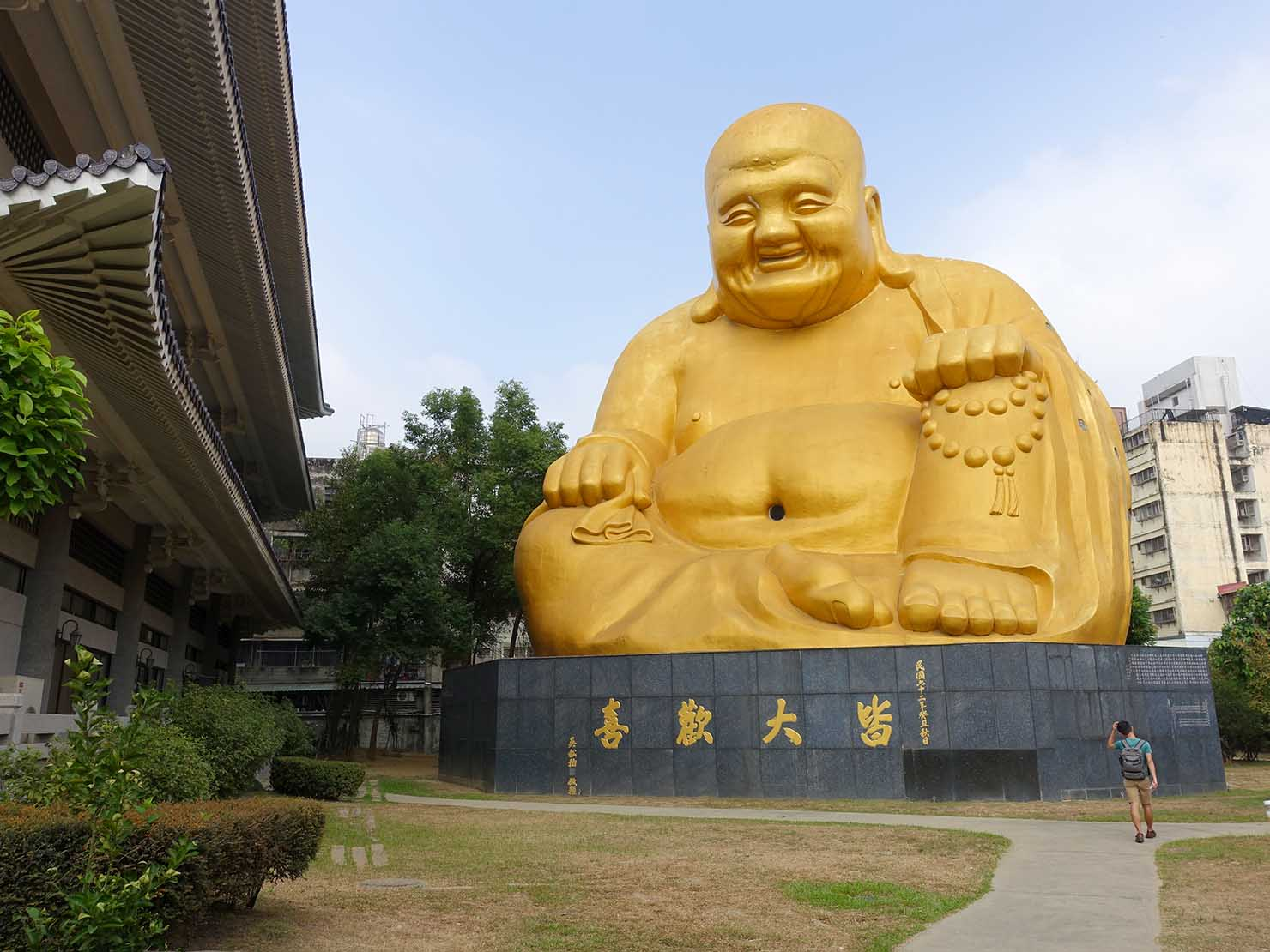 台中観光のおすすめスポット「寶覺寺」に佇む大仏