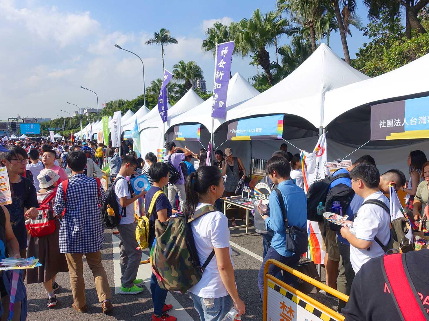 台湾のLGBT音楽イベント『為愛返家音樂會』の会場に設置されたブース