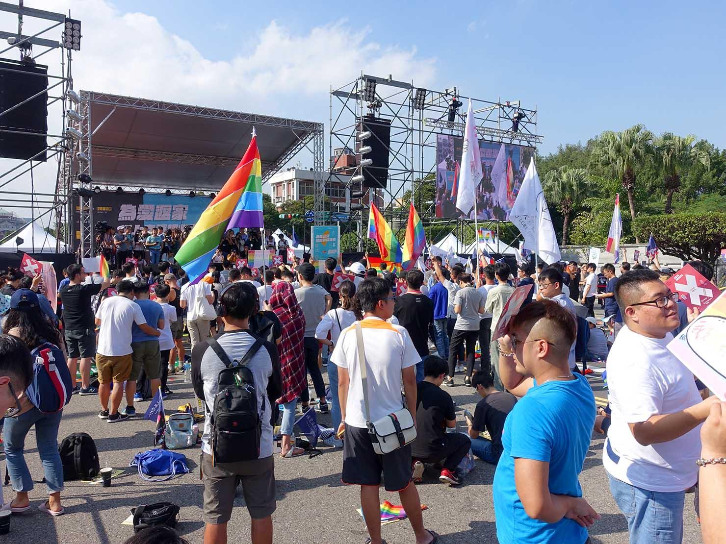 台湾のLGBT音楽イベント『為愛返家音樂會』会場のステージ前
